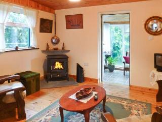 WOODSIDE LODGE, single-storey accommodation, woodburner, pet-friendly, near Oughterard, Ref 30696 - Oughterard vacation rentals