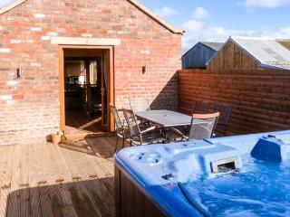 NIGHTINGALE COTTAGE private hot tub, family-friendly, en-suite bathrooms in Stamford Bridge Ref 904210 - Stamford Bridge vacation rentals