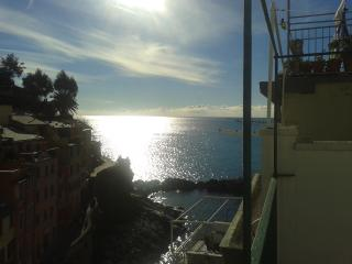 Bright Apartment in Riomaggiore with Internet Access, sleeps 4 - Riomaggiore vacation rentals