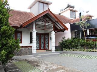 Villa 3 Bedrooms @ DagoPakar-Bandung (nice view) - Bandung vacation rentals