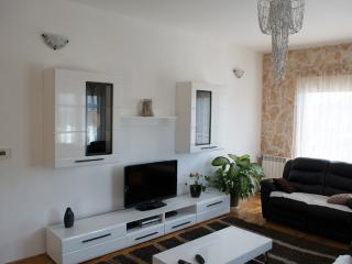 Comfortable 3 bedroom Trogir Condo with A/C - Trogir vacation rentals