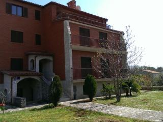TERRAROSSA 2 apartment with large garden - Valbandon vacation rentals