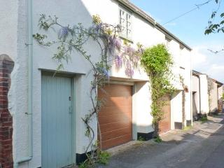 PENNYCOTT, pet-friendly, two sitting rooms, garage parking, enclosed garden, in Minehead, Ref 29085 - Minehead vacation rentals