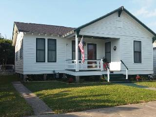2 Blocks to the Beach, Restaurants, Sleeps 8, Wi-Fi - Texas Gulf Coast Region vacation rentals