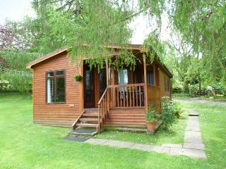 OSPREY LODGE, detached, decking with furniture, on the shores of Loch Awe, Ref 905504 - Lochgilphead vacation rentals