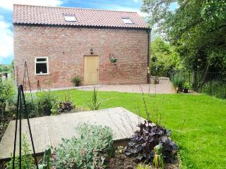 HOLLY BROOK BARN, king-size double, WiFi, enclosed garden, patio with furniture, Ref 912729 - Harome vacation rentals