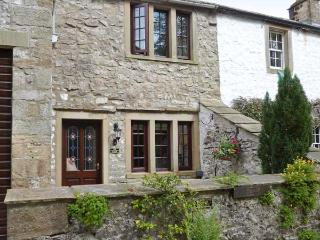 THE THRESHING FLOOR AT TENNANT BARN, zip/link beds, en-suite bathroom, modern, beams, patio, village centre 2 mins walk, Ref, 193584 - Malham vacation rentals