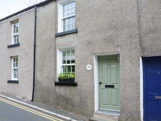 HAWTHORN COTTAGE, terraced property, king-size bed, free-standing bath, romantic retreat, within walking distance to shops and pubs, in Ulverston, Ref 28622 - Ulverston vacation rentals