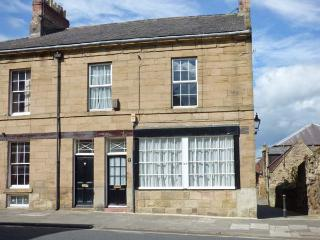 ALNWICK HOUSE, Grade II listed, central location, games room, shared patio, in Alnwick, Ref 29860 - Alnwick vacation rentals