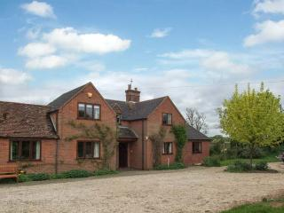 HIGHCROFT, open fire, WiFi, dogs welcome, AGA, semi-detached cottage near Stratford-upon-Avon, Ref. 30949 - Shottery vacation rentals