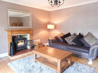 HILLSIDE WEST, semi-detached, woodburner, terraced garden, in Kingussie, Ref 906878 - Kingussie vacation rentals