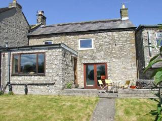 BROWN HARE COTTAGE, garden with furniture, WiFi, great for walking, Ref 911736 - Great Hucklow vacation rentals