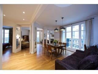 Dining Room View One - Sacre Coeur Three bedroom with Balconies - Paris - rentals