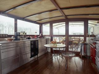 Sunny Houseboat with Deck and Internet Access - Puteaux vacation rentals