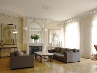 Avenue Montaigne - Prestige - Paris vacation rentals