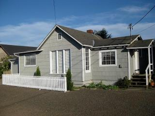 Lakeside Cottage with Boat Access to Tenmile Lake - Reedsport vacation rentals
