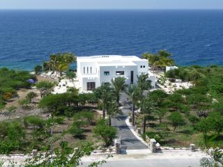 Luxury Villa with private beach! - World vacation rentals