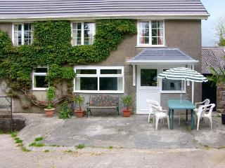 WINSOR COTTAGE, electric fire, en-suite, WiFi, lawned garden with patio, Ref 914184 - Clunderwen vacation rentals