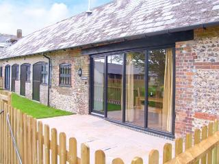 THE OLD STABLES, pet-friendly single-storey luxury cottage, en-suite, garden, games room, Blandford Forum Ref 18978 - Durweston vacation rentals