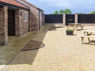 OLD SWEET SHOP, ground floor, en-suite, off road parking, communal courtyard, in Louth, Ref 6060 - South Cockerington vacation rentals
