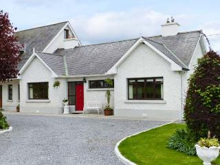 CHERRYFIELD, cosy cottage in lovely countryside, multi-fuel stove, en-suite, garden, in Ballyragget, near Kilkenny, Ref 904441 - County Laois vacation rentals