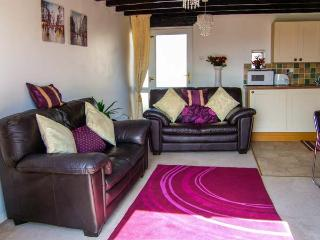 SUNNYSIDE COTTAGE, terraced property, pet-friendly, close to the coast, near Colwyn Bay, Ref 904990 - Colwyn Bay vacation rentals