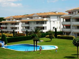 Bright 3 bedroom Mas Pinell Condo with Washing Machine - Mas Pinell vacation rentals