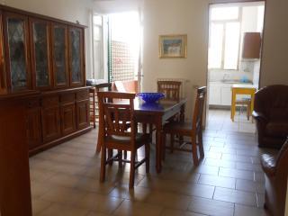 casa con giardino a 4 minuti a piedi dal mare - Marina di Carrara vacation rentals