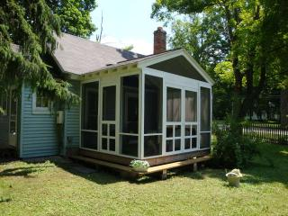 little blue cottage lots of cute! 1 mile to stockbridge center . pet friendly! - Stockbridge vacation rentals