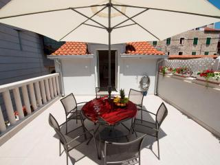 Duplex with adorable terrace in city center **** - Split vacation rentals