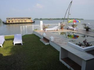 Luxury Villa on Lake Vembanadu Kerala India - Kumarakom vacation rentals