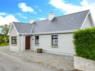 BLACKROCK VIEW, open fire, patio with furniture, close to beach, stunning sea views, Ref 913294 - County Sligo vacation rentals