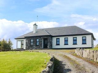 MULROCK WEST HOUSE, ground floor, en-suite, WiFi, lawned garden, near Ballinderreen, Ref 913347 - Ballinderreen vacation rentals