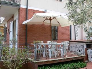 Cozy 3 bedroom Tonfano Villa with Internet Access - Tonfano vacation rentals