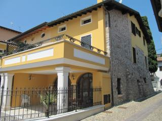 La casa di Olga - Ancient house in the centre - Padenghe sul Garda vacation rentals