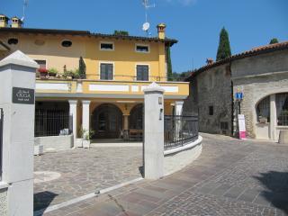 La casa di Olga - Ancient house in the centre - Padenghe sul Garda vacation rentals