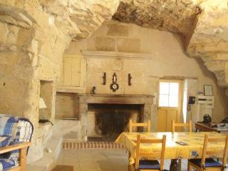 2 bedroom Gite with Internet Access in Le Puy-Notre-Dame - Le Puy-Notre-Dame vacation rentals