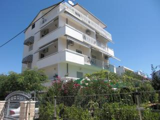 Apartments Ruza - Studio, WLAN, Balkon, 250 m vom Strand - Kastel Stafilic vacation rentals