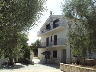Piccolo Uliveto - Bilocale piano terra in Villa - Province of Foggia vacation rentals