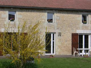 2 bedroom Farmhouse Barn with Internet Access in Neuville de Poitou - Neuville de Poitou vacation rentals
