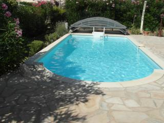Villa T2 36 m2 avec piscine jardin arboré au calme - Bandol vacation rentals