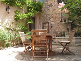Chambre Rouge B&B VILLA FONTILHA Languedoc, Fr - Usclas-d'Herault vacation rentals