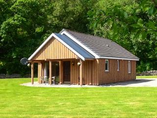 PEBBLES COTTAGE, single-storey lochside cottage, patio, garden, Strathpeffer Ref 904200 - Dores vacation rentals