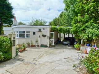 MANANA, woodburning stove, WiFi, mature gardens with furniture, views over the Luccombe Downs, Ref 904981 - Shanklin vacation rentals