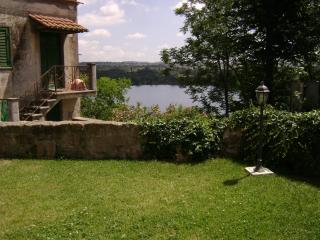 Suggestiva casa d'epoca con giardino sul lago - Anguillara Sabazia vacation rentals