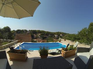 2 bedroom Apartment with Internet Access in Maslinica - Maslinica vacation rentals
