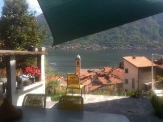 casale sulla cascata vista lago con giardino - Colonno vacation rentals