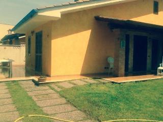 Villino indipendente casa vacanze - Anzio vacation rentals