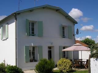 Sunny 2 bedroom Vacation Rental in Gemozac - Gemozac vacation rentals