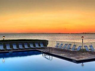 Direct view of the swiming pool and the Bay from the unit - Directly on the sparkling waters of Tampa Bay,3 mi - Tampa - rentals